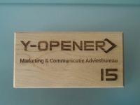 Lasergravure - art.nr. 5560 Y-opener naambordje met logo in hout