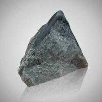 Ruwe steen - art.nr. Chiorit rots met gepolijste bovenzijde 2